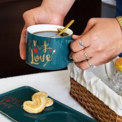 ¡Feliz inicio de semana! 😍Tomar un café caliente con éste clima es de lo mejor, más con una taza romántica y bonita. ❤